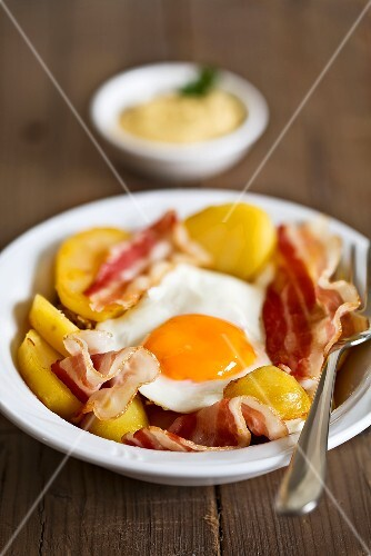 Bacon, fried egg and potatoes (for breakfast)