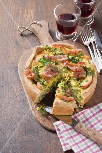 Savoy cabbage and bacon quiche