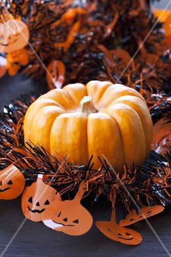 Kürbis mit Halloween-Girlande