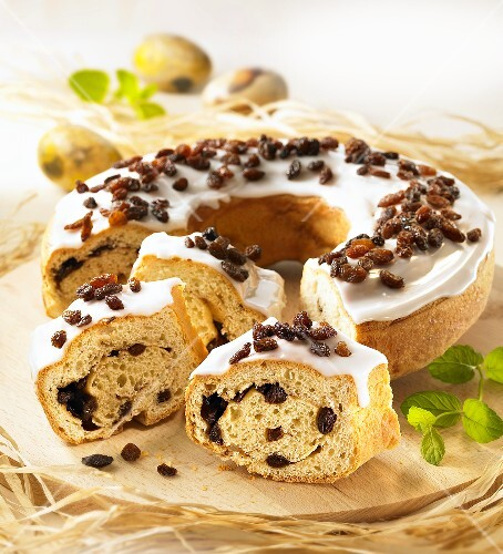 Yeast dough cake with raisins and icing sugar, sliced