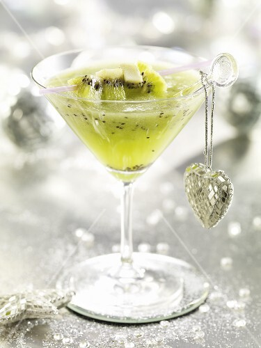 Cocktail with kiwi fruit and heart-shaped pendant