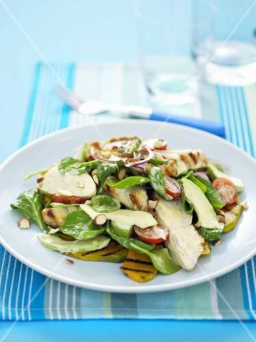 Hähnchensalat mit gegrillten Kürbisscheiben, Spinat und Mandeln