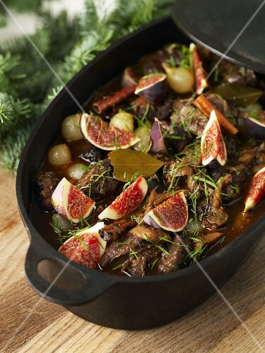 Meat stew with figs and cinnamon (Christmas)
