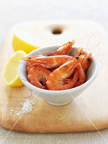 Cooked prawns with lemon and salt