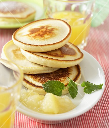 Small pancakes with compote