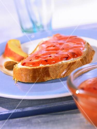 Cold-stirred nectarine jam with almonds