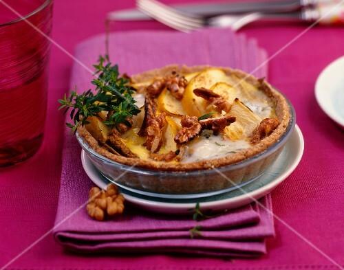 A mini chicory tart with apples, gorgonzola and walnuts