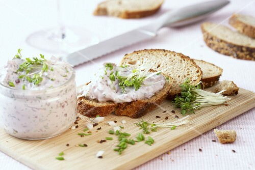 Quark with port wine and cress, slices of bread