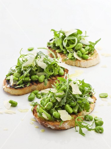 Crostini with green beans, rocket and Parmesan