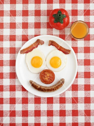 Bratwurst mit Spiegelei und Bacon zum Frühstück