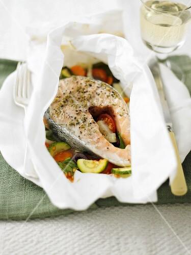 Salmon steak and vegetables en papillote