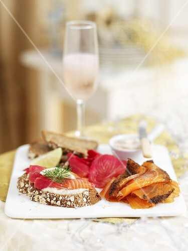 Open sandwiches with smoked salmon and beetroot (Christmas)