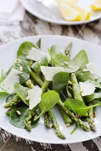 Asparagus salad with spinach, pine nuts and Parmesan