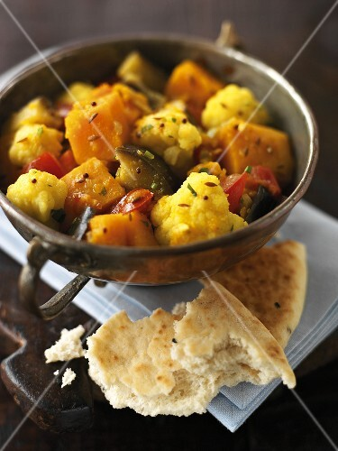 Vegetable curry with unleavened bread
