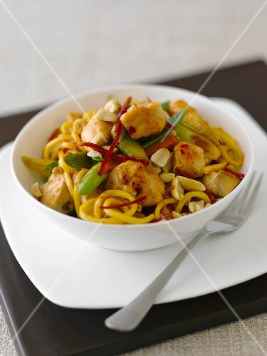 Noodles with chicken and peanuts