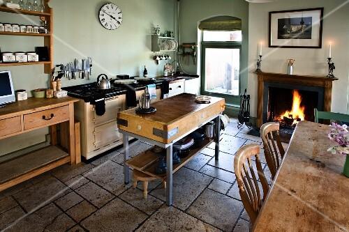 Steinboden Küche ländliche küche mit steinboden hackstock esstisch und kaminfeuer
