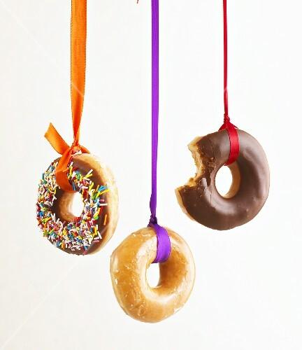 Aufgehängte Doughnuts für Halloween