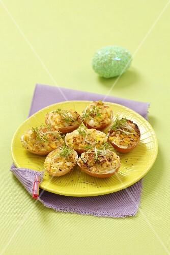 Stuffed egg shells with egg and leek