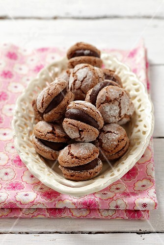 Chocolate-filled macaroons