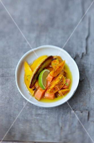 Obstsalat mit Kaktusfeige, Mango, marinierter Papaya und Banane
