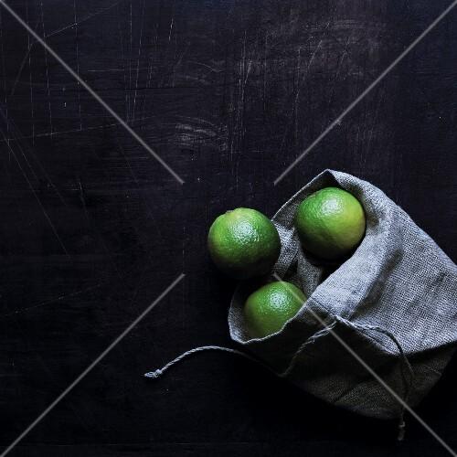 Limetten in einem Leinensack