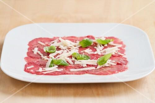 Rindercarpaccio mit Parmesan und Basilikum