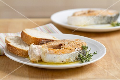 Fried salmon steaks with rosemary and white bread