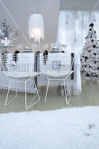 Esszimmer weihnachtlich dekoriert in Schwarz- & Weisstönen mit Esstisch, Drahtstühlen & Weihnachtsbaum