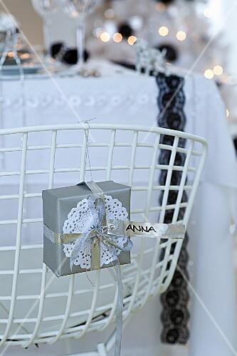 Weihnachtlich dekorierter Stuhl mit Namensbändchen