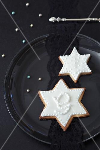 Mürbteigplätzchen (Sterne) mit weissem Zuckerguss