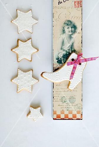 Mürbteigplätzchen mit weissem Zuckerguss und nostalgische Postkarte