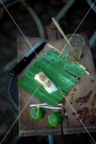 Marinierter Heilbutt im Bananenblatt zum Grillen