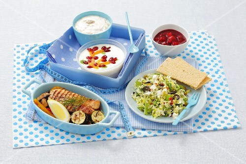 Food for one day consisting of 1, 500 calories: porridge, yogurt, salmon with vegetables, salad and a fruit dessert