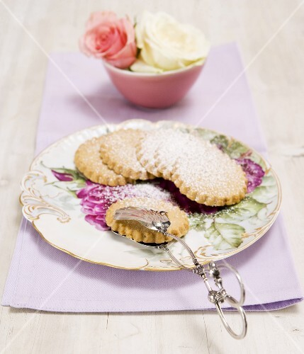 Almond biscuits with icing sugar