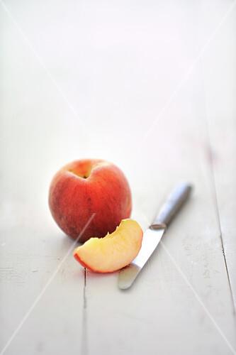 Pfirsich, ganz und ein Viertel