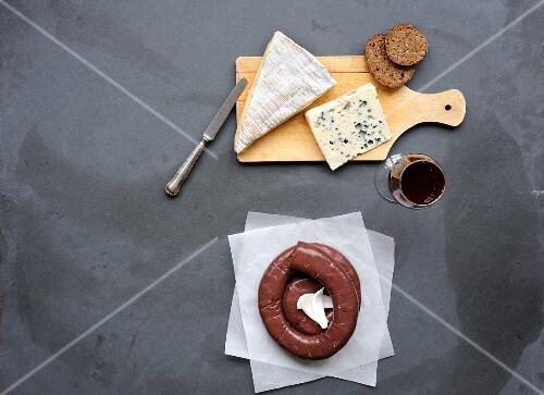 Verre de vin rouge et boudin noir à cuire