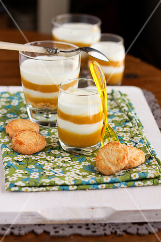 tiramisu apfel mango in gl sern bild kaufen 60356666 stockfood. Black Bedroom Furniture Sets. Home Design Ideas