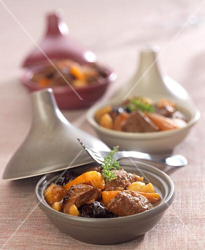 Lamm-Tajine mit Trockenfrüchten, Rübchen und Karotten