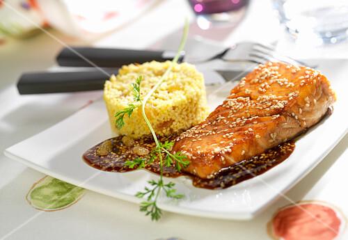 Glazed piece of salmon with sesame seeds, semolina with sultanas