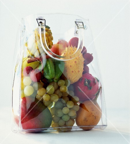 Durchsichtige Tasche mit exotischen Obst (Drachenfrucht, Mango, Karambole usw.)
