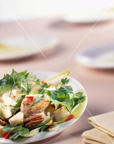 Mesclun salad with pears and scallops