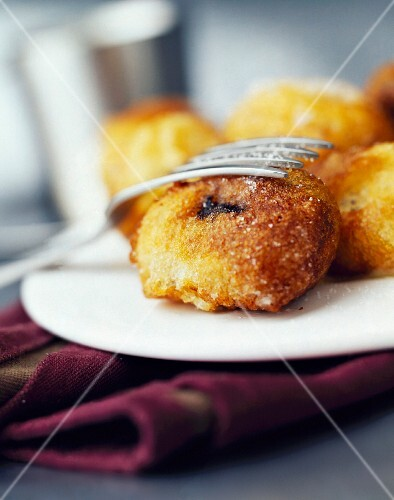 Plum fritters with almonds
