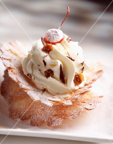 Whipped cream on crunchy almond biscuit