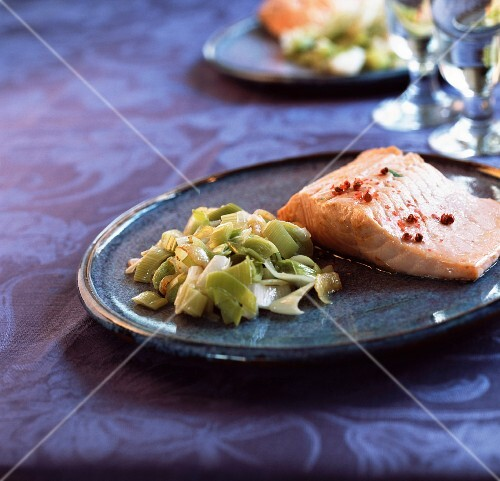 Salmon with leeks and white wine