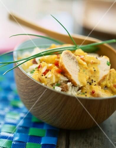 Colombo de poulet (Traditionelles Hähnchengericht aus den französischen Antillen) mit Basmatireis