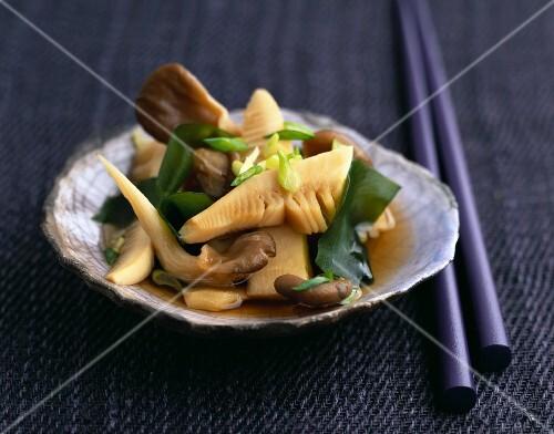 Bambussprossen mit Algen und Seitlingen