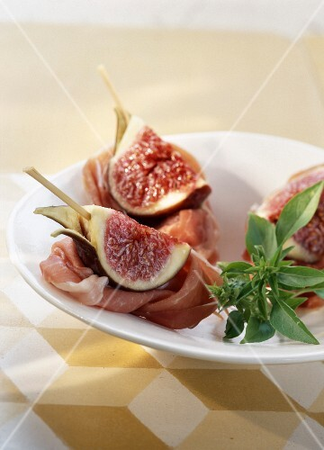 Parma ham and fresh fig bite-size brochettes