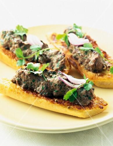 Minced meat on toast