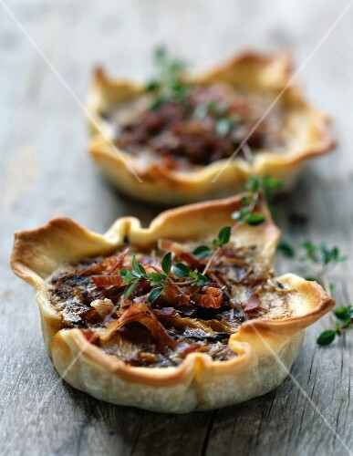 Onion and raw ham tartlets