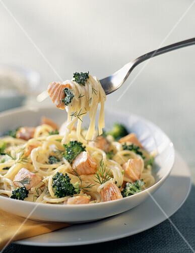 Spaghettis with broccoli and salmon
